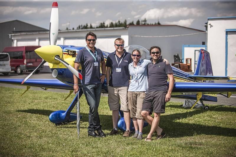 Piloti a také manželé Emily a Mike Collett (uprostřed). Ve světě akrobacie jsou tak trochu raritou.