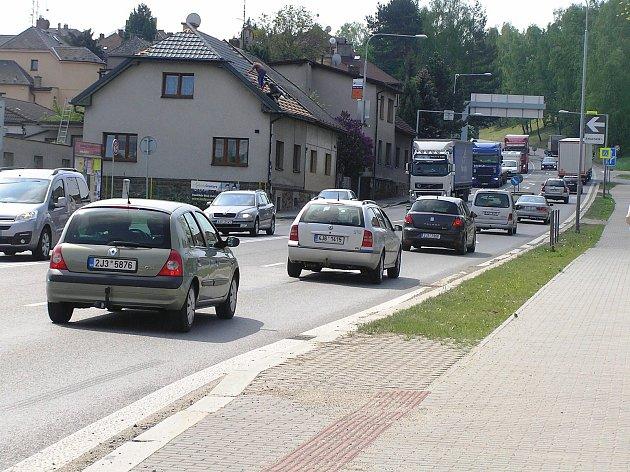Silnice z Brodu na Jihlavu v dopravní špičce. Pro řidiče zkouška nervů.
