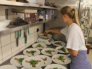 O chod nově otevřené resturace se budou pod dohledem zkušených instruktorů starat sami žáci.