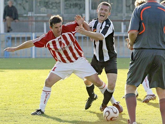 Opět rozhodl. V Chotěboři určitě po této sezoně nebudou v dobrém vzpomínat na bývalého ligistu Vladimíra Váchu (vpravo), který je v závěrečných minutách pokořil v obou zápasech.