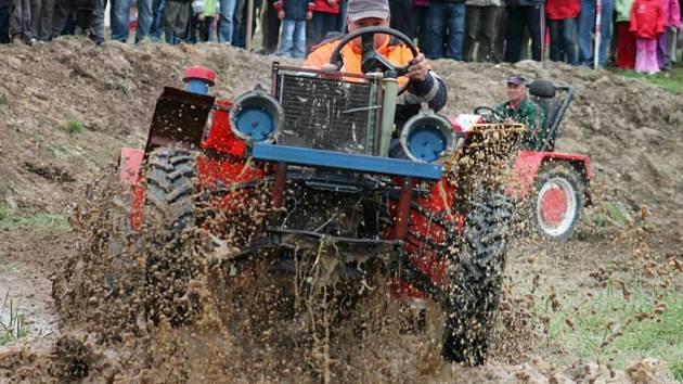 Bez vodního příkopu se traktoriáda neobejde.