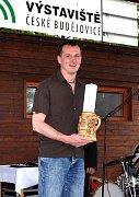 Na pódiu. Cenu převzal sládek pivovaru Pavel Pilař.