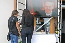 Šestnáctiletý Petr Vejvoda zemřel loni 14. října, kdy do žďárské střední školy vtrhla psychicky narušená Barbora Orlová. Několik studentů pobodala nožem. Petr, který bránil spolužačku, následkům zranění podlehl.
