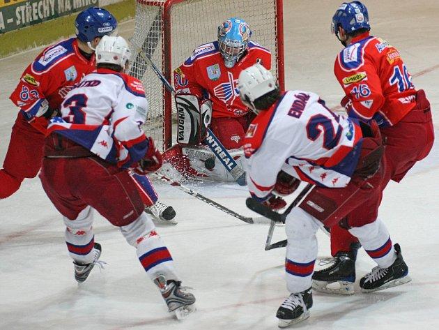 Havlíčkobrodští hokejisté (v bílých dresech) potvrdili velmi dobrou aktuální formu. Porubu zlomili dvěma slepenými góly v závěru a vyhráli tak už potřetí v řadě.