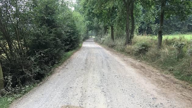 Část polní cesty, kterou řidiči využívají jako objížďku mezi obcemi Ostrov a Hradec u Ledče nad Sázavou.