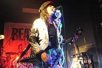 Kytarista Adam Bomb míří na festival do Světlé nad Sázavou.