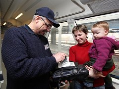 Strojvůdce i průvodčí. Na trati Havlíčkův Brod –  Humpolec funguje specifický systém odbavování cestujících. Než tu bude nainstalovaný automat, jízdenky kontroluje strojvedoucí. V zastávkách, kde není pokladna, je cestujícím i prodává.