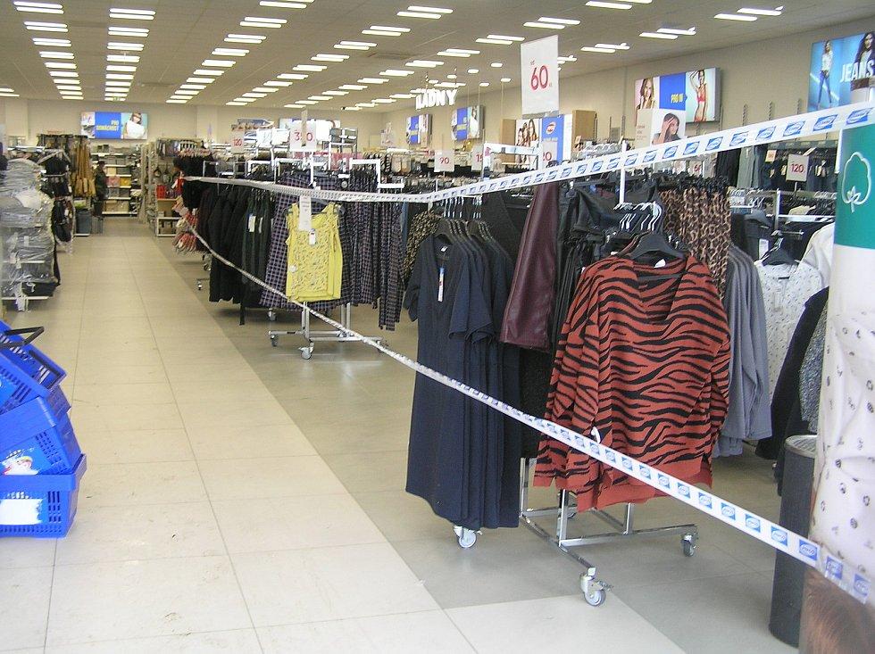 Obchody byly dlouho zavřené, tak rodiče vyrazili na nákupy s plnou peněženkou.