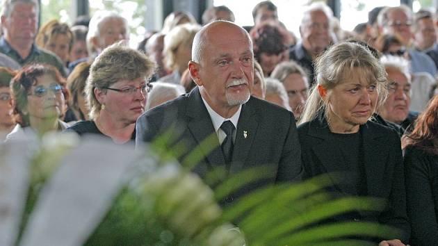 Pohřeb Jakuba Šimánka. V popředí rodiče Hynek Blaško a Hana Šimánková, která nedávno nešťastnou náhodou zemřela.