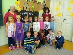 Na fotografii jsou žáci ZŠ a MŠ Herálec paní učitelky Ivety Kloudové. Na snímku s asistentkou pedagoga Miloslavou Špalkovou (vlevo).Příště představíme prvňáčky ze ZŠ Štáflova Havlíčkův Brod.