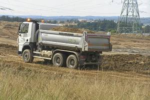 Obyvatelé Baštínova trpí stavbou jihovýchodního obchvatu. Za domy jim roste skládka zeminy, navíc se bojí o kvalitu vody ve studních. Skládka podle jejich obav obsahuje jedovatý arzén.