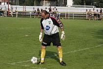 Rozlučka. V soutěžních zápasech se už takhle na míč Petr Tuček dívat nebude, končí kariéru.