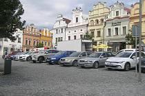 Všude plno. Centrum města Havlíčkův Brod je každý den beznadějně přeplněné. Řidiči hledají místa jen těžko. Nízké ceny na automatu jsou pro některé signálem, aby si z dočasného stání udělali celodenní.
