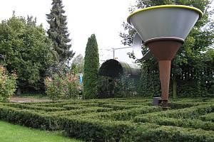 Ve středu Evropy. Tam se mohou ocitnout návštěvníci zahrady u kavárny U Notáře v Havlíčkově Brodě. Umístění ve středu Evropy tu posvětili známí Cimrmanologové v čele s Ladislavem Smoljakem. Zahrada se otevře v sobotu.