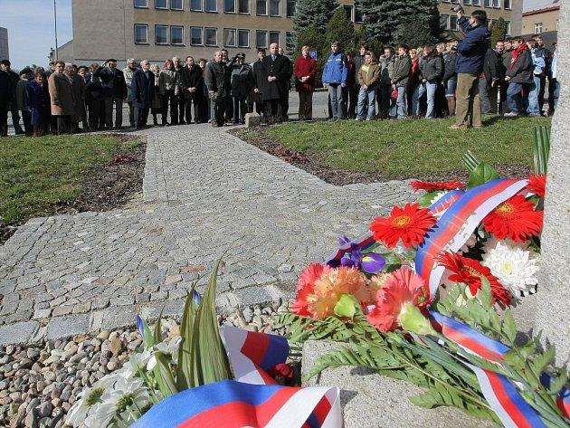 U pomníku Tomáše Garrique Masaryka si v pátek lidé připomněli sto padesáté osmé výročí jeho narození.