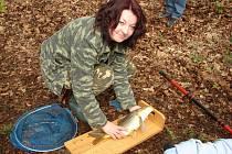 Úlovek. Hana Komárková z Havlíčkova Brodu byla v sobotu ve Světlé nejúspěšnější rybářkou.