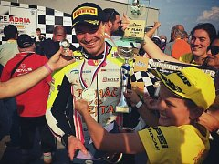 Druhý titul v řadě v motocyklovém šampionátu Alpe Adria získal havlíčkobrodský závodník Michal Prášek (na snímku, kde se raduje z druhého místa na Slovakiaringu).