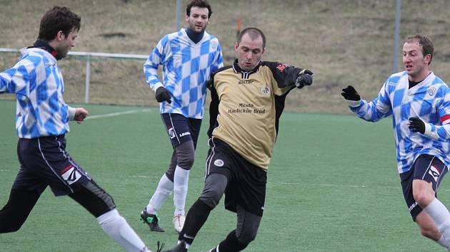 Zranění. To si v zápase přivodil Pavel Kuchta (uprostřed), kterého nahradil Pavel Mazánek,  a ten vstřelil druhý gól do sítě Bedřichova po deseti sekundách pobytu na hřišti.