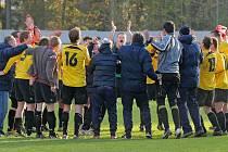 Takto slavili fotbalisté Jemnicka triumf ve Ždírci před dvěma lety, který jim zajistil přezimování na první příčce. Nyní jsou na dně krajského přeboru.