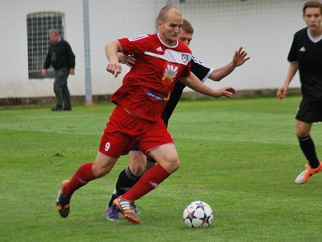 Velkomeziříčský kanonýr Pavel Simr (u míče) dal čtyři góly, další šance spálil.