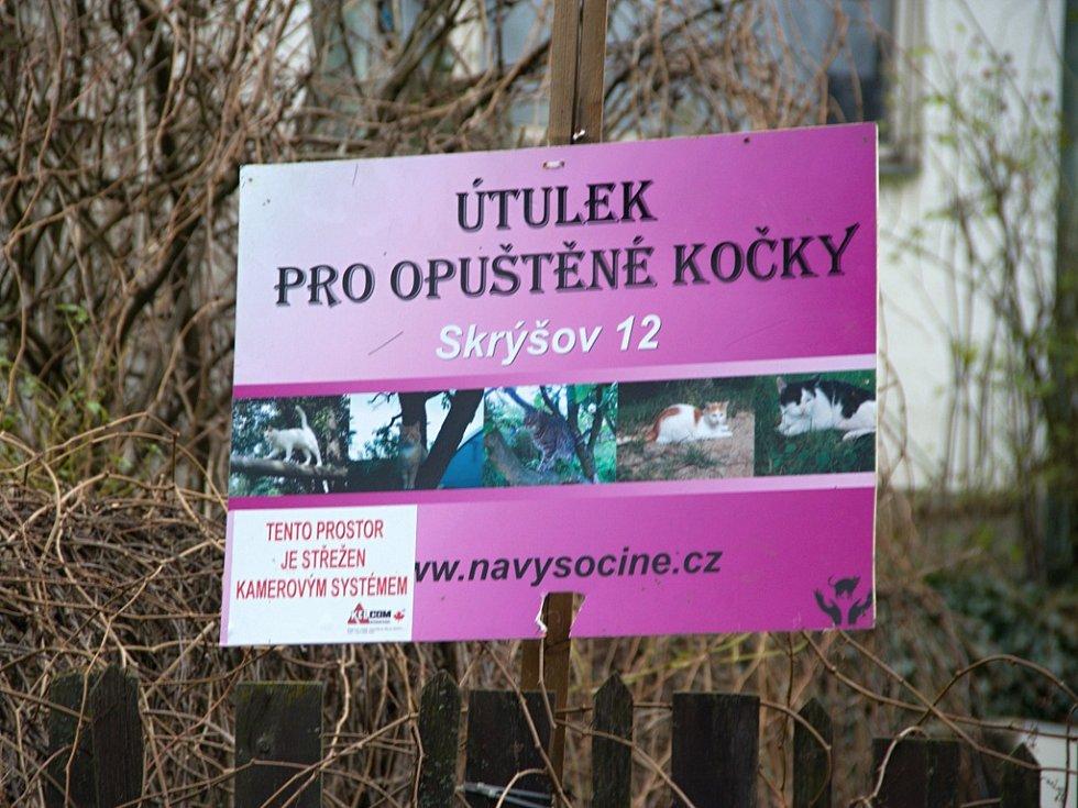 Na kočičí útulek ve Skrýšově, jediný svého druhu v Kraji Vysočina, se valí kritika ze strany chovatelů a sousedů. Najdou se však i lidé, kteří se provozovatelky útulku zastávají.