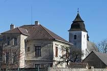Fara a kostel v Číhošti.