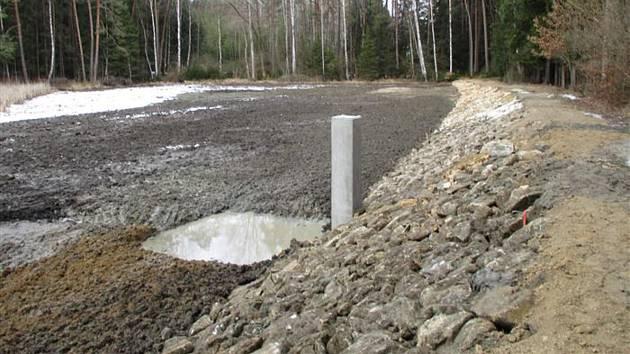 Opravu hráze a odbahnění rybníka Sochorov se podařilo uskutečnit v krátké době.