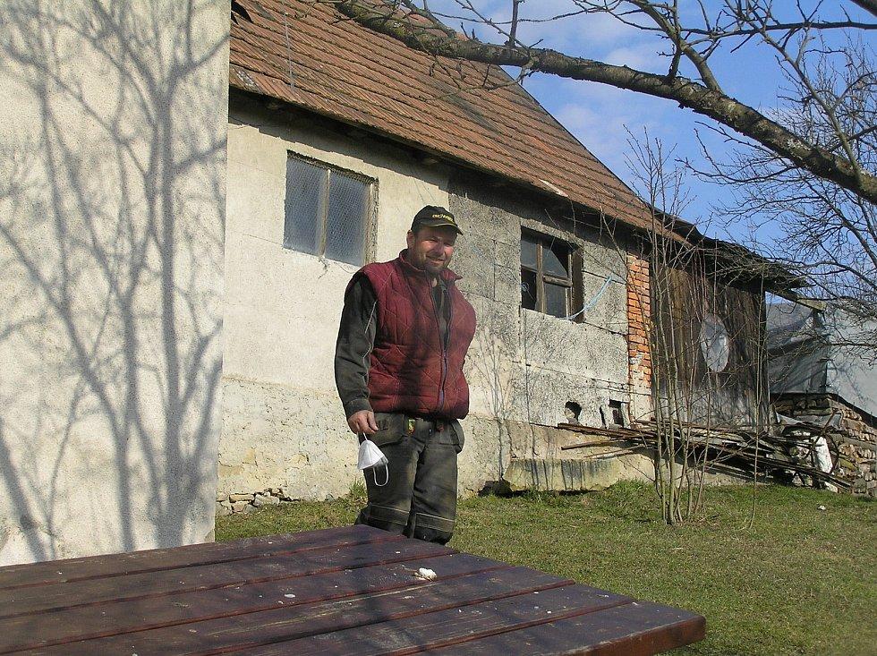 Pro farmáře Víta Němce romantika osady Hudeč nic neznamená.Žít a pracovat tady každý den, je hodně tvrdý chleba.