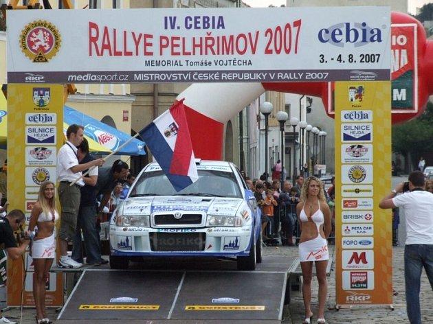 A můžeme vyrazit. Pelhřimovská rallye začala i skončila na rampě pod pelhřimovskou radnicí. Posádkám tam aplaudovaly zástupy lidí, které ale nepřilákala na náměstí jenom rychlá auta.
