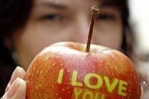 I takto může vypadat nevšední a neotřelý valentýnský dárek. Valentýnské jablko nejčastěji vznikne tak, že v době, kdy ještě visí na stromě, se na něj nalepí potisk v požadovaném tvaru. Ovoce sice zraje, ale pod nálepkou nezčervená.
