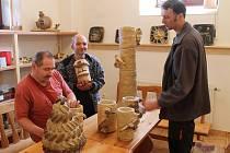 Na rozdíl od práce skeramikou se při práci se šamotem nepoužívá voda ani žádné další nástroje.