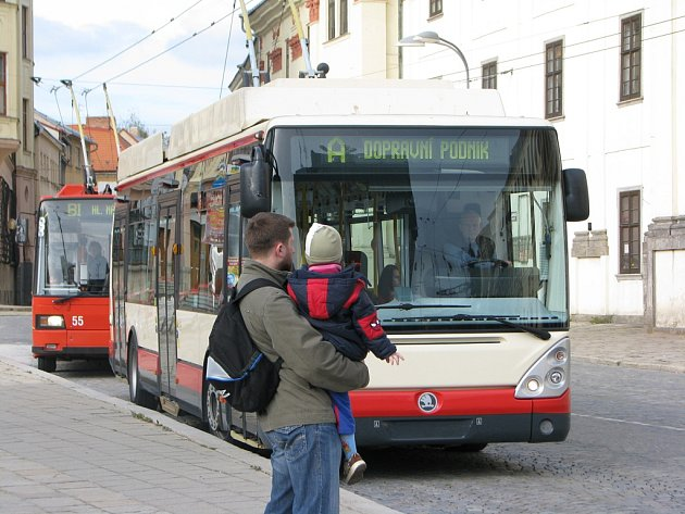 Cestující přistižený v jihlavské MHD bez zaplacení je povinen kromě jízdného uhradit i pokutu 1 500 korun. Pokud je ochoten vydat peníze na místě, sníží se mu tato přirážka na sedm set korun. Ilustrační foto.