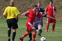 Fotbalisté Ledče (v červených dresech) se stále nemohou dostat ze sestupových pozic. O jejich bytí či nebytí v I. A třídě hodně napoví víkendový zápas s Habry.
