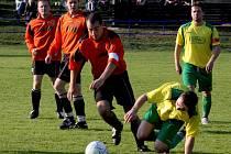 Fotbalisté Habrů (v tmavších dresech) by se v letošní sezoně rádi poprali o návrat do vyšší soutěže.