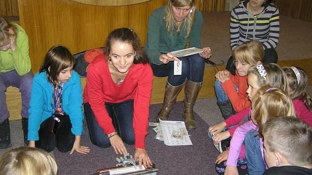 Lektorka  Ema Fenclová (uprostřed) je nevidomá od narození. Brodským školákům vysvětlila například, jak se používá slepecký psací stroj.