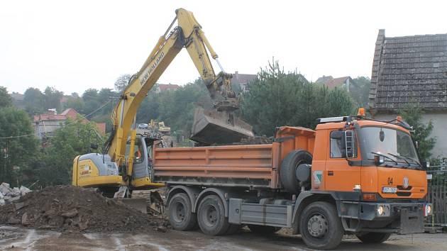 Do míst silničního mostu ve Vilémově, při jehož zřícení přišli minulý čtvrtek o život čtyři dělníci, se pomalu vrací obvyklý stavební ruch. Ve čtvrtek již byla na místě těžká technika, která odklízela vytěženou zeminu.