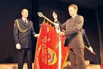 Práci chotěbořských hasičů ocenil i tamní starosta Tomáš Škaryd. Za město jim daroval stuhu.