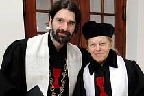 Ke společné modlitbě. Biskup brněnské diecéze Československé církve husitské Juraj Jordán Dovala a farářka Milena Cicálková přicházejí na setkání s věřícími v Husově sboru.