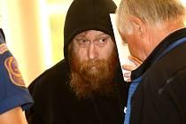 S kapucí na hlavě. Bývalý voják Viktor Štingl u soudu žádal o mírnější trest. Hájil se i tím, že pracoval na odhalení gangu obchodujícího s dětským pornem. Soud však této obhajobě neuvěřil.