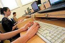 Třicet sedm studentů z jedenácti středních škol Kraje Vysočina poměřilo v úterý své dovednosti a znalosti nejen v psaní na počítači.