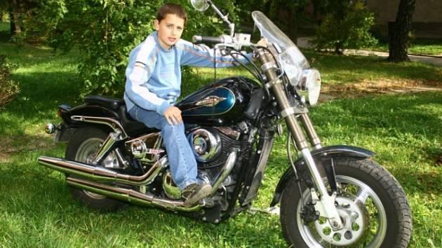 """Motorku má i doma. Jakub Řezníček si focení na motorce známého brodského motorkáře """"Dědka"""" vychutnával. Aby ne, když na minimotorce jezdí i ve svém volnu."""