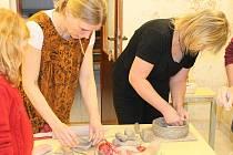 Lektorka Jana Haslingerová (v hnědých šatech) měla plné ruce práce. Účastníkům keramického kurzu názorně ukazovala nejrůznější tipy a finty pro lepší práci s keramickou hlínou.