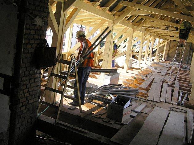 Na přestavbě sálu a podstřeší staré radnice byl v úterý kontrolní den.