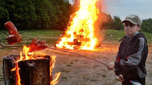 Opekání špekáčků v přírodě se může snadno změnit v drama. Při rozdělávání ohně v těchto horkých dnech je naprosto nezbytná opatrnost. Ilustrační foto: