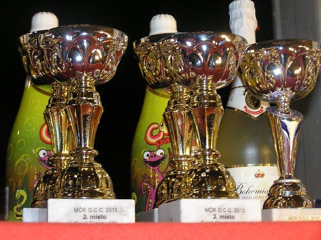 CENY PRO VÍTĚZE. Na první tři nejlepší čekali v taneční soutěži krásné poháry.