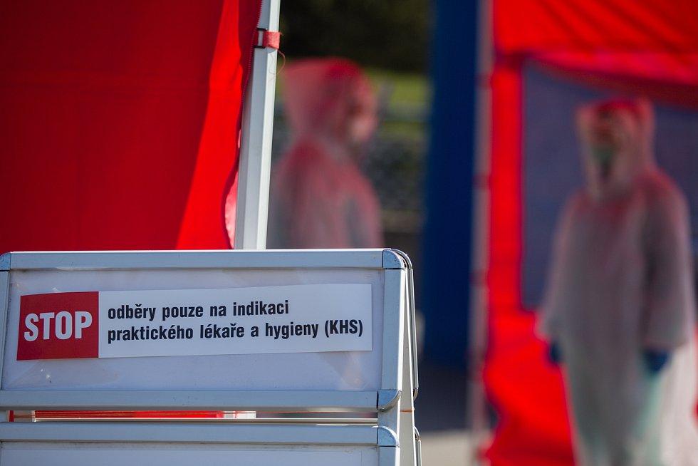 Odběrové místo na Covid-19 pro indikované pacienty na parkovišti u Nemocnice Havlíčkův Brod.