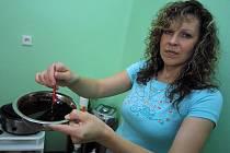 Čokoláda. Hmotu je nutné nejdřív rozehřát a smíchat s přírodními produkty. Celý proces čokoládové relaxace podle kosmetičky Valentýny Sabada trvá až několik hodin.