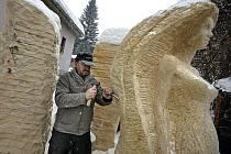 Tři postavy žen z pískovce ozdobí podle návrhu sochaře Radomíra Dvořáka kruhový objezd ve Štokách. Stanou se tak dominantou městyse. Jejich monumentalitu ještě pozdvihnou dva dubové trojúhelníky nad jejich hlavami ve výšce tří a šesti metrů.