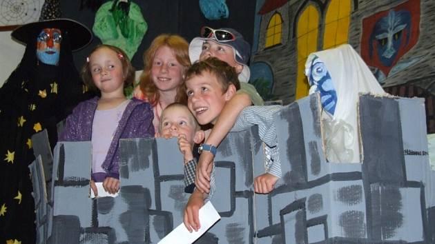 Děti se bavily. Jen málokdo si nechal ujít přehlídku Dospělí – pro radost – dětem. Divadelní představení doplňovala i rozsáhlá výstava, kterou obdivovali malí i velcí.