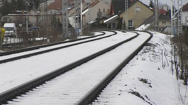 Po staré železnici ve směru Havlíčkův Brod, Praha Brno a Havlíčkův Brod Humpolec projíždí s rachotem denně stále víc vlaků. Obyvatelům okolních domů dochází trpělivost.